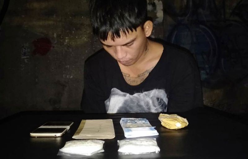 DUKO NA LANG: Igo na lang sa pagduko si Lester Ablay, 27, human masikop sa buy-bust operation sa Philippine Drug Enforcement Agency (PDEA) 7. (Benjie B. Talisic)