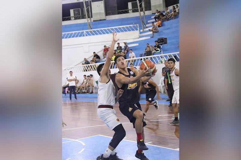 SI Juanito Ybañez sa Mats College of Technology mipalusot sa bola samtang hugot ang pagbantay sa magduduwa gikan University of Mindanao atol sa 2019 Collegiate Sponsors League (CSL) Escandor Cup game, Dominggo sa gabii, Nobyembre 10, sa Almendras Gym Davao City Recreation Center. (Mark Perandos)
