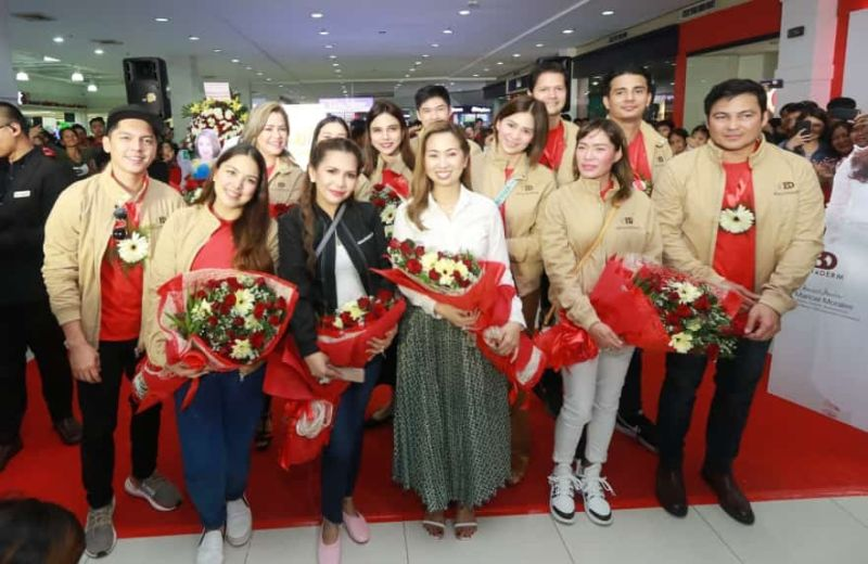 PAMPANGA. Rhei Anicoche-Tan, President and CEO of BeauteDerm Corporation and Distributor Jill Nepomuceno of BeauteHub pose with celebrity endorsers Gabby Concepcion, Carlo Aquino, Glydel Mercado, Jestoni Alarcon, Ejay Falcon, Ria Atayde, Sherilyn Tan, Maricel Morales, Jana Roxas, Lance Tan and Marian Santos during Monday's opening of the 94th store of BeauteDerm and 3rd outlet of BeauteHub at Robinsons Starmills, City of San Fernando, Pampanga. (Chris Navarro)