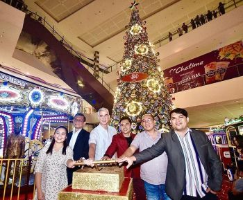 BACOLOD. Governor Bong Lacson, SM mall manager  George Jardiolin and Vice Mayor El Cid Familiaran (3rd, 4th, and 5th from left) lead the official lighting of SM City Bacolod's giant Christmas Tree, together with (L-R) Councilors Ayesha Joy Villaflor, Renecito Novero and Israel Salanga. (Photo by Carla N. Cañet)