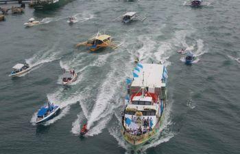 PROSESYON: Gipahigayon sayo sa buntag sa Martes, Nobiyembre 12, 2019 ang seaborne procession sa imahen sa Birhen sa Regla, patron sa Dakbayan sa Lapu-Lapu, agi og pagbukas sa mga kalihukan sa ilang tinuig nga pangilin. Ang imahen gisakay sa ferry boat sa Topline ug giubanan sa mga 60 ka bangka. Apan nabantayan nga gamay ra ang mga nanghug og buwak tungod sa giingong wa pag-apil sa Association of Barangay Councils (ABC). (Allan Cuizon)