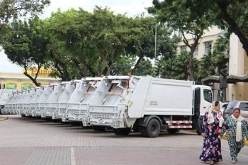 MACHINES AGAINST TRASH. The Cebu City Government receives from its supplier the 21 new garbage compactor trucks on Tuesday, Nov. 12, 2019. (SunStar photo / Amper Campaña)