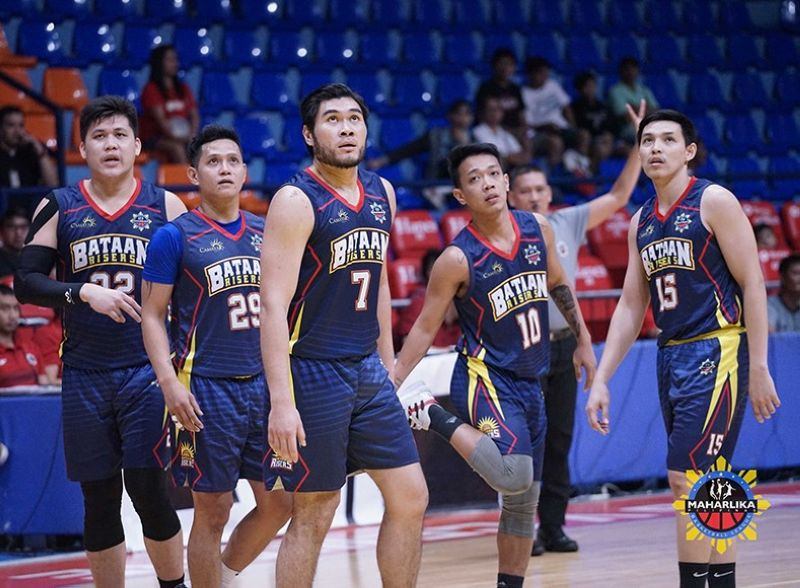 Joseph Nalos (second from the right) scored the game-winning jumper to help Bataan get the win over Pampanga. <b>(MPBL photo)</b>