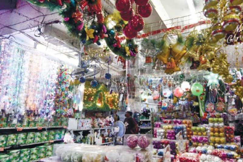 BUY SAFE CHRISTMAS LIGHTS. With the Christmas season drawing near, the Department of Trade and Industry is ramping up its monitoring initiatives against uncertified Christmas lights. (SunStar photo)