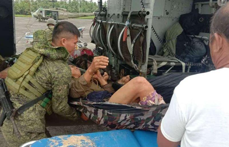 SAMDAN: Usa sa mga sundawong samaron gikanaug gikan sa Huey helicopter sa Philippine Air Force (PAF) aro dad-on sa Camp Lukban Hospital sa Catbalogan, Samar. (Hulagway tampo sa 8TH ID)