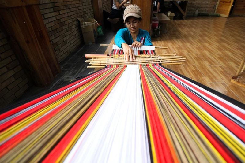 BAGUIO. Catherine Domigyay of Can-eo, Bontoc, Mountain Province but now based in Baguio City weaves a uniquely designed table cloth at the Diplomat Hotel in preparation for the Ibagiw creative festival on November 16-24, 2019. (Jean Nicole Cortes)