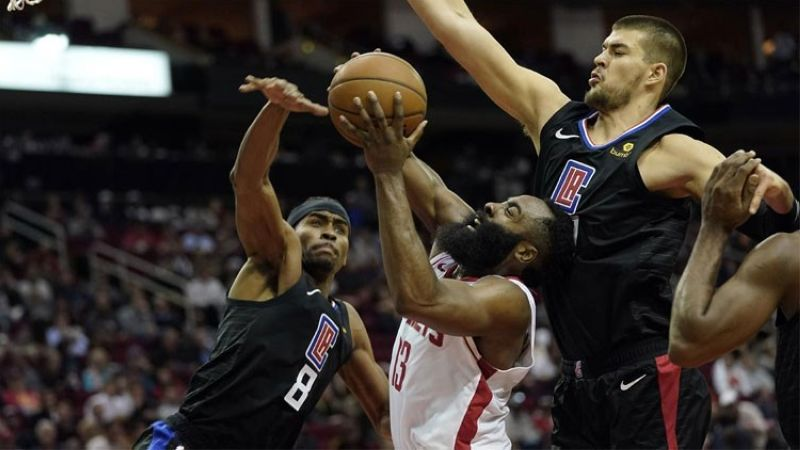 GITABANGAN. Si James Harden sa Houston Rockets nga gitabangan og depensa sa Los Angeles Clippers niining aktoha atol sa ilang duwa sa National Basketball Associatioon (NBA), Huwebes, Nobiyembre 14. (Hulagway gikan sa Associated Press)