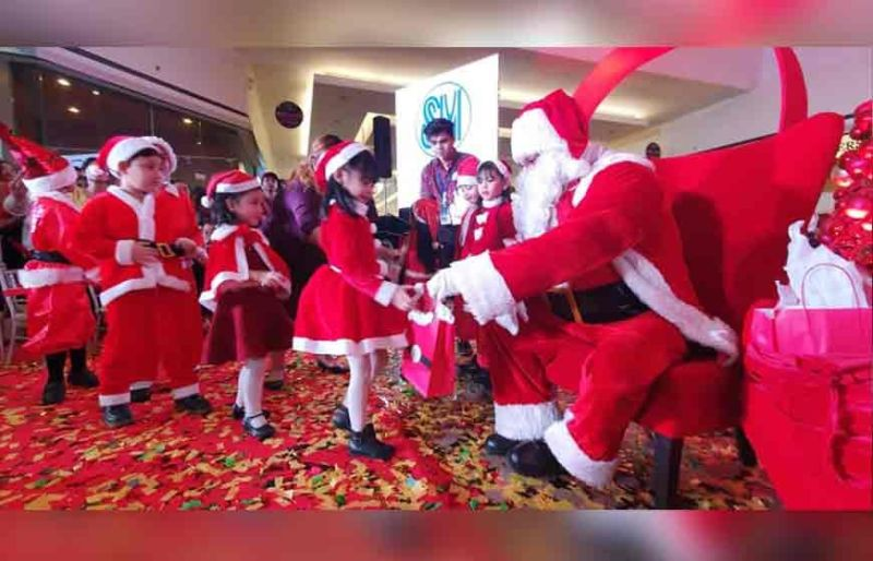 THANK YOU SANTA. Santa Claus gives presents and cheers to children during Saturday's Christmas launch at SM City Pampanga. (Chris Navarro)