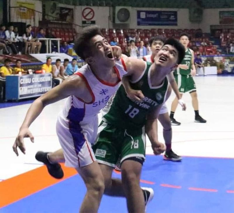 CEBU. Ateneo de Cebu's Ariel Dinglasan and UV's Samuel Melicor battle for rebounding position in their semis game on Thursday. (Amper Campaña)
