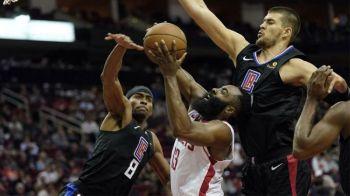 GITABANGAN. Si James Harden sa Houston Rockets nga gitabangan og depensa sa Los Angeles Clippers niining aktoha atol sa ilang duwa sa National Basketball Associatioon (NBA), Huwebes, Nobiyembre 14. (Hulagway gikan sa Associated Press)
