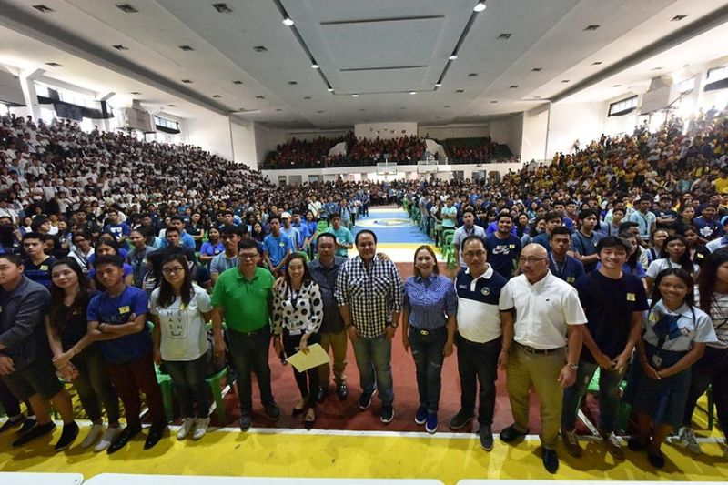 PAMPANGA. Governor Dennis Pineda and board members join Capitol scholars during the distribution of grants to 4,645 students from several towns and municipalities of Pampanga. (Jun Jaso/Pampanga PIO)