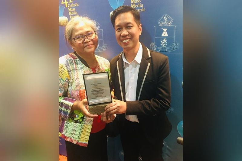 MANILA. Kapampangan journalist and Philippine Daily Inquirer correspondent Tonette Orejas and PDI desk editor Allan Macatuno show the CMMA special citation for their investigative report on the reforestation of Mt. Pinatubo. (Contributed photo)