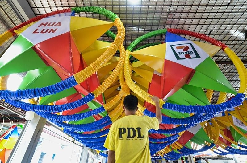 ILOILO. Inmates of the Bureau of Jail Management and Penology District Jail in Iloilo City prepare Christmas lanterns Friday, November 15. The lanterns measure 6x6 feet and will be picked up by the Iloilo City Government in preparation for its lighting ceremony on Saturday, November 16. (Leo Solinap)