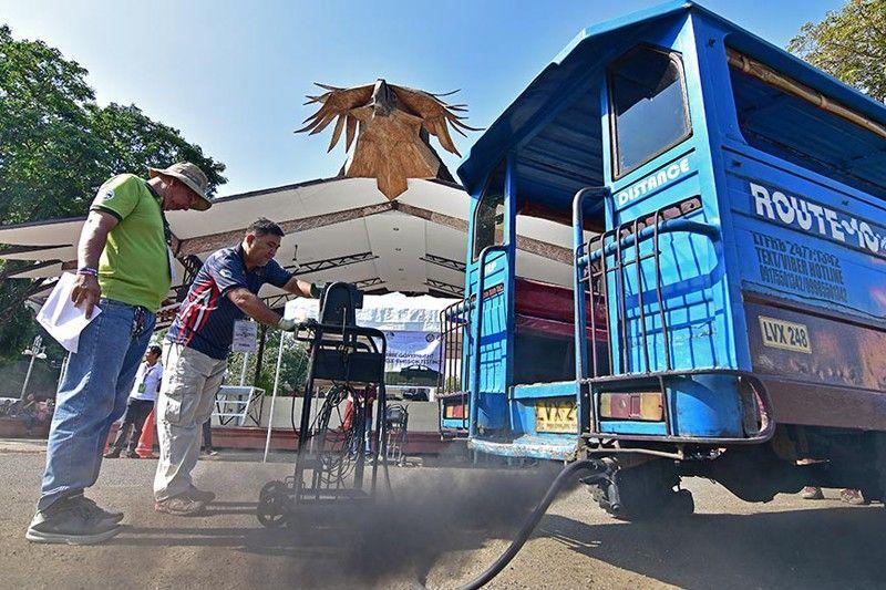 DAVAO. Itom nga aso ang migawas sa tambutso sa sakyanang mipailawom sa free emission testing nga gipahigayon sa Department of Environment and Natural Resources (DENR)-Davao, Land Transportation Office (LTO)-Davao, ug Anti-Smoke Belching Unit sa Davao City, Biyernes, Nobiyembre 15, atubangan sa Rizal Park stage subay sa pagsaulog sa Clean Air Month. (Macky Lim)