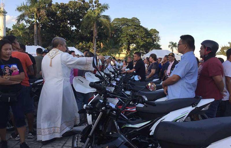 SAYONG PINASKUHAN: Ang 80 ka mga barangay sa dakbayan sa Sugbo ang nagtagsa og collapsible tent ug motorsiklo nga gikan sa Association of Barangay Council sa siyudad. (Jerra J. Librea)