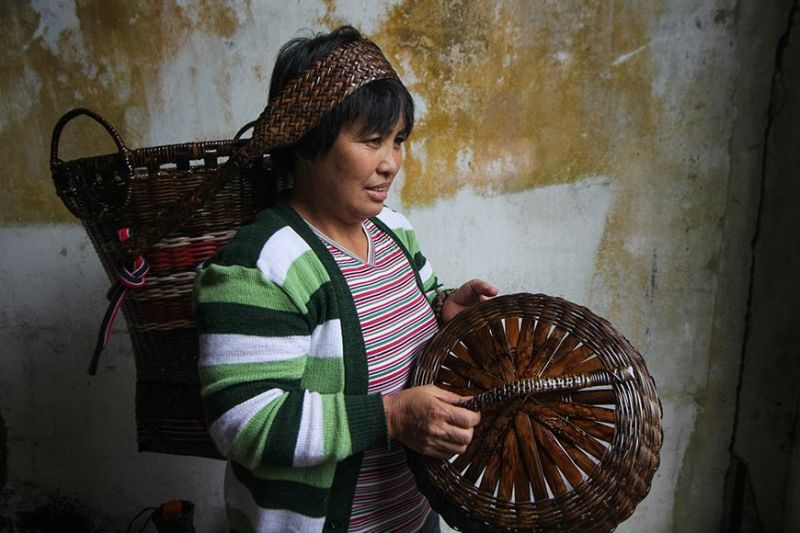 BENGUET. Minda Ciano from Atok, Benguet demonstrates how to wear the kayabang, a hand woven basket made of bamboo strips. Ciano's kayabang will be on display at the Diplomat Hotel in celebration of the Ibagiw Creative Festival slated on November 16 to 24. (Photo by Jean Nicole Cortes)