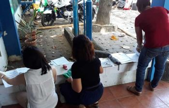 DIS-ORGANICO. Complainants prepare documents outside the Criminal Investigation and Detection Group 7 office in Cebu City on Friday morning, Nov. 15, 2019, for the filing of complaints against Organico Agribusiness Ventures Corp., which they accused of failing to return their investments. (SunStar Photo/Arnold Bustamante)