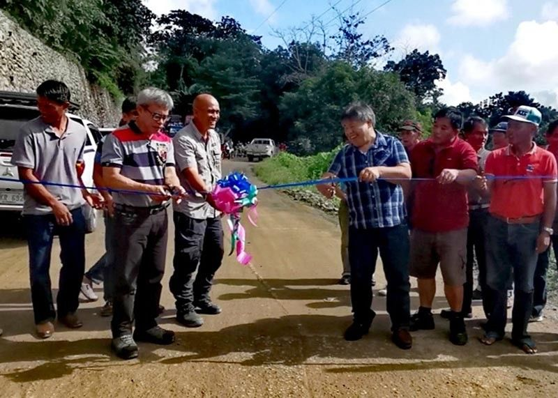 BAGUIO. Officials from the Cordillera local government unit (LGU), Paracelis LGU and the Department of Agriculture Regional Field Office–Cordillera led the ribbon-cutting rite during the blessing cum inauguration of the Poblacion-Bantay Farm-to-Market road in Paracelis on November 8. (Contributed photo)