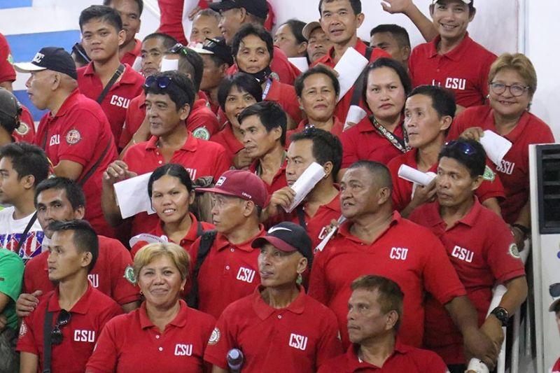 DAVAO. Sagad sa maghulat, laayon, apan kining mga personahe sa Civil Security Unit (CSU) sa Davao City makita sa ilang mga dagway nga nahinam samtang ilang gihulat ang pagproseso sa ilang mga identification cards (IDs) sud sa Davao City Recreation Center kanhi Almendras Gym niadtong Biyernes, Nobiyembre 15. (Mark Perandos)