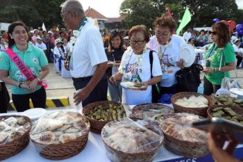 TASTING TOWN'S FLAVORS. Participants in the Provincial Government's Suroy-Suroy Sugbo Southern Heritage Trail partake of the delicacies in Dalaguete town on the tour's first day on Friday, Nov. 15, 2019. (CONTRIBUTED FOTO / CAPITOL PIO) onerror=