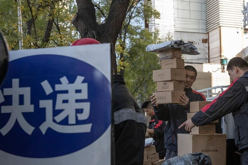 BOOMING ONLINE SALES. Delivery men distribute parcels on the streets of Beijing during the Singles Day. Chinese e-commerce giants Alibaba and JD.com reportedly earn US$70 billion in sales on Nov. 11, 2019. In the Philippines, Lazada sold one million items on the first hour while Shopee sold 70 million items during the day. (AP photo)