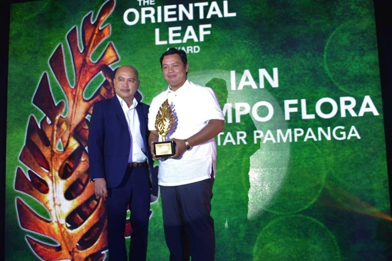 MANILA. PMFTC Communications manager Dave Gomez presents to SunStar Pampanga reporter Ian Ocampo Flora the Oriental Leaf Award, formalizing Flora's inclusion into the Hall of Fame roaster of the Bright Leaf Journalism Awards. (Photo courtesy of Henrylito Tacio)