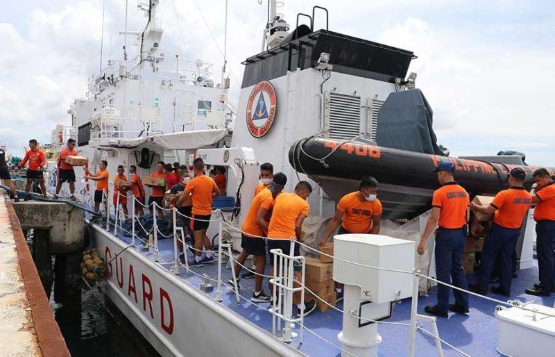 BARKO SA COAST GUARD: Ang barko sa Philippine Coast Guard (PCG) nga gikargahan sa mga hinabang alang sa mga rehiyon sa Mindanao nga naigo sa linog. (Tampo)