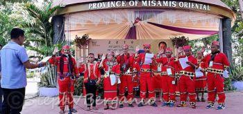 Tribu sa Higaunon sa lungsod sa Tagoloan, Misamis Oriental nanumpa atubangan Governor Bambi Emano atol sa flag raising. Giingong didto unta kini sila manumpa sa LGU Tagoloan apan gipili nilang sa Kapitolyo. (Steph V. Berganio)