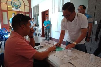 NO EXEMPTION. Mandaue City Mayor Jonas Cortes (right) submits himself to a surprise drug test on Monday, Nov. 18, 2019. (SunStar photo / Kate Denolang)