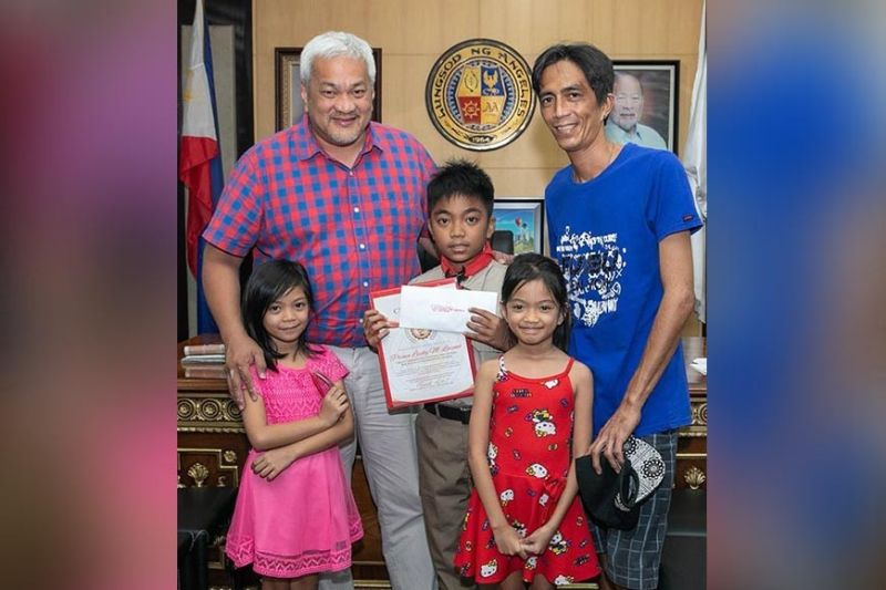 PAMPANGA. Angeles City Mayor Carmelo 'Pogi' Lazatin, Jr. joins Prince Lucky Lozano and his family after receiving a citation for his patriotic act of saluting the Philippine flag. (Photo by AC-CIO)