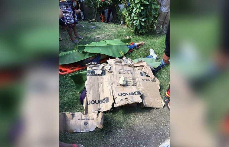PATAY: Mga lawas sa mga sundawo nga nangamatay sa bangga gipangtabunan sa may dapit nga nahitaboan sa bangga sa lungsod sa Paranas. (Tampo ni Police LT. COL. Bella Rentuaya, PIO-PRO 8)