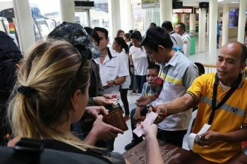 "OPTION. Passengers currently buy their tickets at booths set up at Entrance 2 of the south bus terminal. The governor says bus liners can issue boarding passes ""as the need arises.""  (SunStar photo / Amper Campaña)"