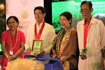 CEBU. Negrense agripreneur Ramon Peñalosa Jr. (second from left) receives the Lakbay Bukid Award from International School of Sustainable Tourism (ISST) at Marco Polo Plaza in Cebu City recently. Also in photo, Senator Cynthia Villar (left), committee on agriculture and food chair. (Contribution Photo)