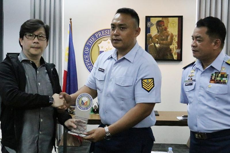 RECOGNIZING HEROISM. Office of the Presidential Assistant for the Visayas head Michael Lloyd Dino (left) awards Petty Officer Second class Ralph Barajan (center) on Tuesday, Nov. 19, 2019, as Barajan's superior Coast Guard District Central Visayas Commander Ronnie Gil Gavan (right) looks on. (SunStar photo / Amper Campaña)