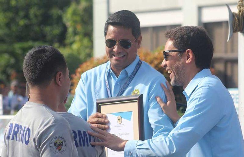 AWARD: Si Mayor Richard Gomez (tunga)maoy nitunol sa award sa representante sa CDRRMO. (Tampo)