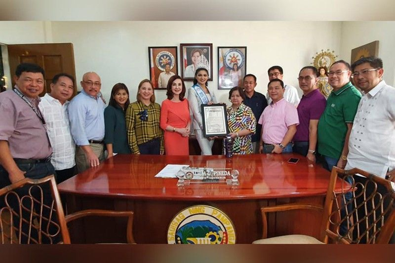 PAMPANGA. Pampanga Vice Governor Lilia Pineda presents a SP resolution commending Cyrille Payumo, a student of the Holy Angel University (HAU) and native of Porac Pampanga, for winning the Miss Tourism International 2019-2020 held in Kuala Lumpur Malaysia. With them are members of the provincial board. (Chris Navarro)