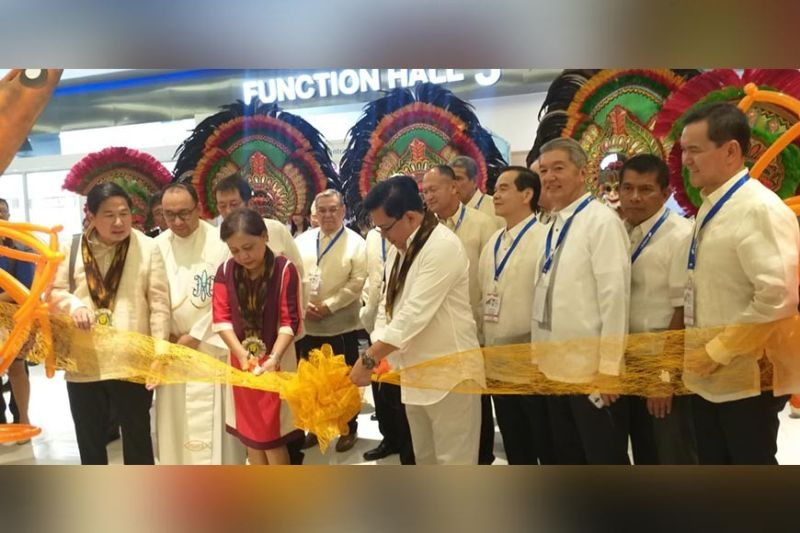 BACOLOD. Senator Cynthia Villar (third from left) with Agriculture Undersecretary Eduardo Gongona (second from right), Negros Occidental Second District Representative Rafael Cueva (fifth from right) and officials of the 12th Philippine National Shrimp Congress led by chairman Constantine Tanchan (left) during the opening rites at SMX Convention Center in Bacolod City Wednesday, November 20, 2019. (Erwin P. Nicavera)