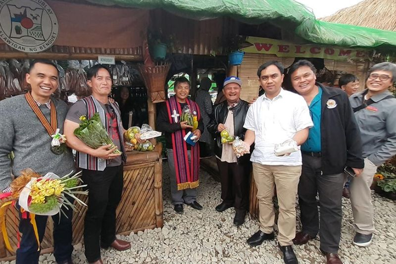 BENGUET. Benguet officials led by Governor Melchor Diclas and entrepreneur Elmer Macalingay formally opened the Agri-Industrial Trade Fair of the 119th Benguet Foundation Anniversary as part of the Adivay Festival celebration at the Benguet Sports Complex in La Trinidad, Benguet on Monday. Here, the Benguet officials showcase the products from the municipality of Tublay led by Mayor Armando Lauro. (Photo by Redjie Melvic Cawis)