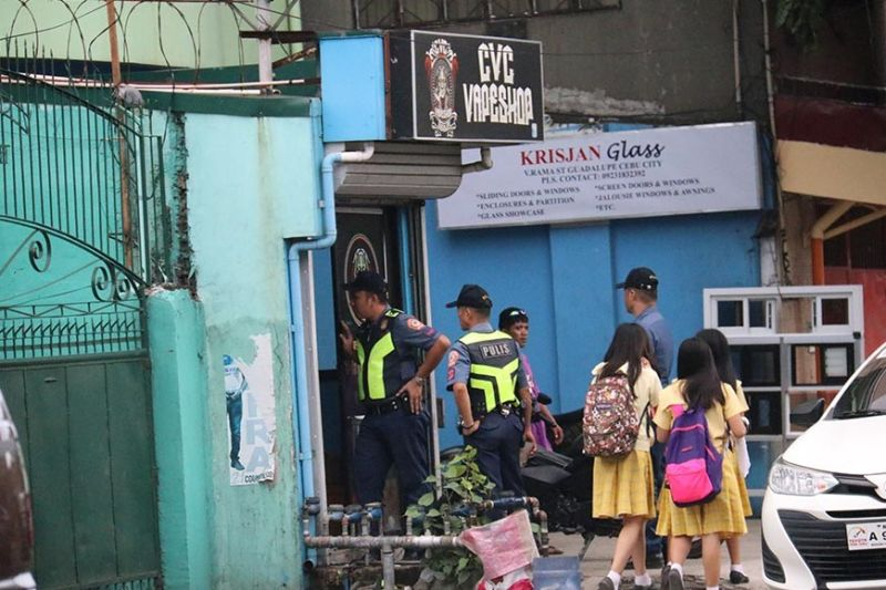 VISIT. Policemen check this vape shop along V. Rama Avenue, Cebu City but their chief later said the visit was part of the daily roving duties of his men. (SunStar photo / Amper Campaña)
