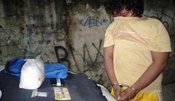 USA KA KILONG SHABU NASAKMIT. Nasikop sa mga sakop sa City Drug Enforcement Unit sa dakbayan sa Sugbo si Ronjol Diaz, 20 anyos ug kanhi habal-habal driver, sa usa ka buy-bust operation sa Sitio San Roque, Barangay Calamba, sa maong siyudad, kagabii sa Martes, Nobyembre 19. Nakuha gikan ni Diaz ang gibabanang usa ka kilong shabu nga nagkantidad og P7.5 million. (SunStar foto/ Benjie B. Talisic)