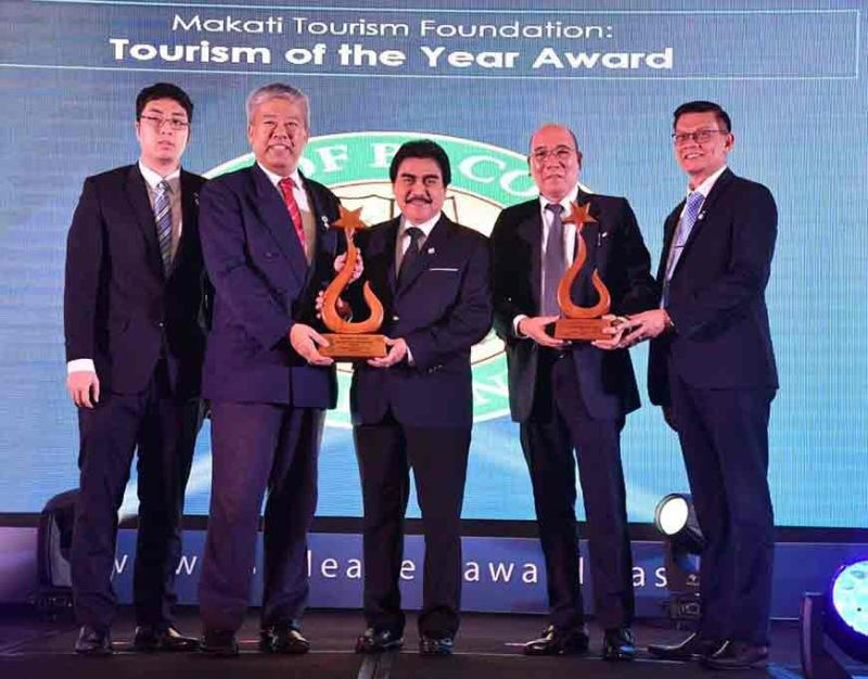 Mayor Evelio Leonardia (3rd from left), accompanied by Vice Mayor El Cid Familiaran and Councilor Renecito Novero, accepts the trophy for Tourism Award of the Year for Bacolod City, presented by the Makati Tourism Foundation, represented by Secretary-General Tan Yu III, with Dr. Elton See Tan of the Federation of Filipino-Chinese Chambers of Commerce and Industry, at the Asia Leaders Awards 2019 at the Makati Shangri-La Hotel in Manila Tuesday, November 19. (City PIO)