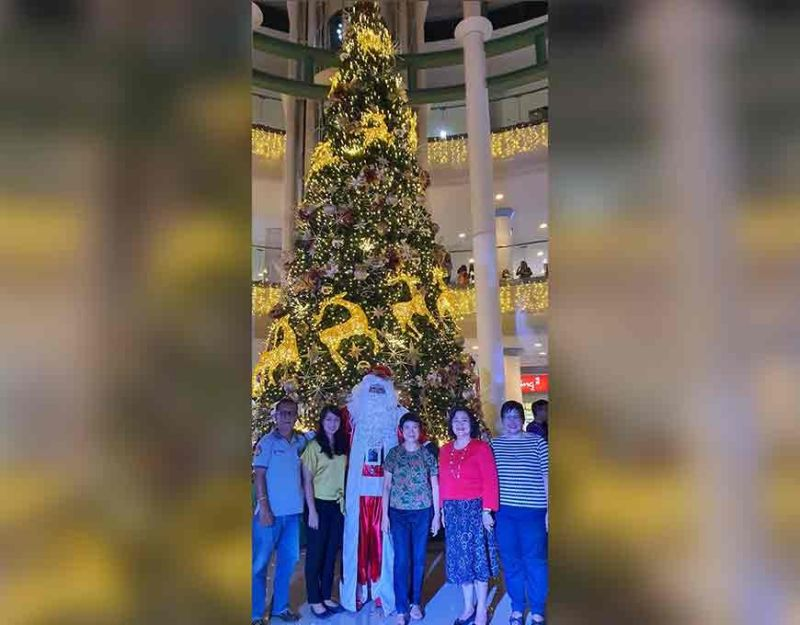 LIGHT-UP. Bacolod City First Lady Elsa Leonardia leads the switch on of the 35-feet tall Christmas tree at the main Atrium of Robinsons Place Bacolod. With her are BJMP official SJO4 Jayson Baltazar, Marlene Sanogal, Cristine Tomas and Santa Clause. (CNC Photo)