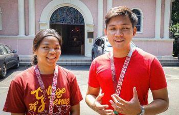 CLASSMATES: Si Edwin Basa (tuo), ang Psychology major ug  Pamantasan ng Lungsod ng Maynila (PLM), ug iyang classmate nga ningsaysay sa benepisyo sa Google Station. (Tampo nga hulagway)