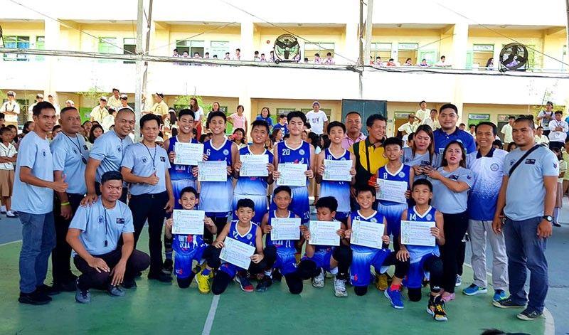 DAVAO. Ang Ateneo de Davao University (Addu) Blue Knights-bannered Unit 6 miangkon sa ikatulong Davao City Athletic Association (DCAA) Meet title human gipildi ang Unit 3, 65-35, isa elementary boys basketball finals sa Daniel R. Aguinaldo National High School (Dranhs) sa Matina, Davao City, Nobyembre 22. (Jai Garcia)