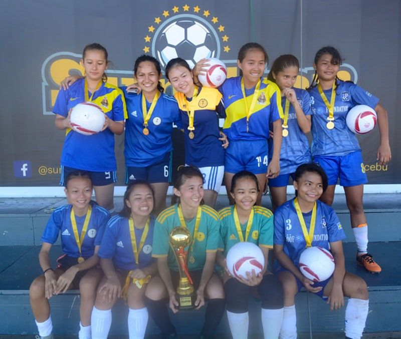 FIRST WINNER. St. Theresa's College won the first title of the day after beating University of San Carlos in the Girls 19 final.  SunStar Photo/Arni Aclao