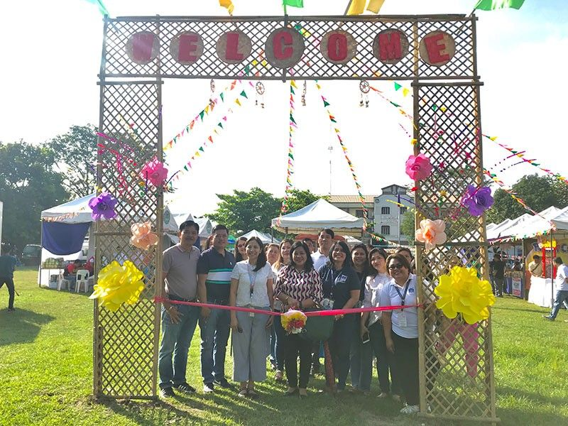 PAMPANGA. The Department of Trade and Industry conducted a Diskwento Caravan in Dinalupihan town in time for the Yuletide season. (PIA-Central Luzon)