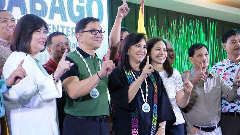 BATAAN. Vice President Leni Robredo, Philippine Drug Enforcement Agency (PDEA) chief Aaron Aquino and other officials flash the Number 1 sign for the Bahay Pagbabago Community-based Reformation Center in Dinalupihan town which produced 957 graduates of drug dependents in its first three years. (PIA-Central Luzon)