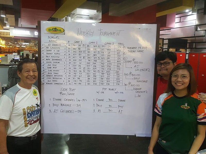 DAVAO. From left, runner-up Billy Magdale, champion Arthur John Galendez and third placer Tessa Dianne Galendez pose beside the scoreboard after competing in the Datba Weekly Tournament held Tuesday evening, November 19, at SM Lanang Premier Bowling Center. (Jesrael Rule/Datba)