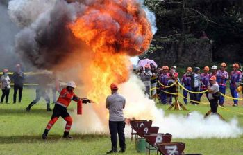 BAGUIO. Representatives of various mining companies all over the country compete in firefighting, first aid demo, drilling, hand mocking at the Melvin Jones football ground on Friday, November 21 as part of the field demo competition of the Annual National Mine Safety and Environment Conference. (Jean Nicole Cortes)