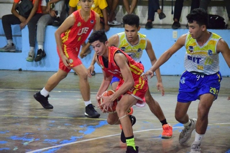BOHOL. Players of BIT IC try to swarm a player of the University of Bohol in their semifinal game in the BSAA Juniors basketball tournament. (Contributed photo)